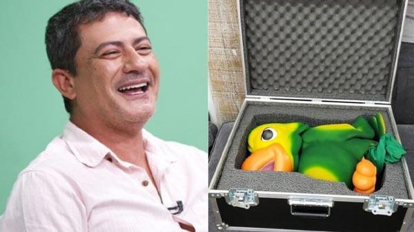 fotomontagem com tom veiga, e ao lado, o boneco do louro jose sendo guardado em uma caixa (case)